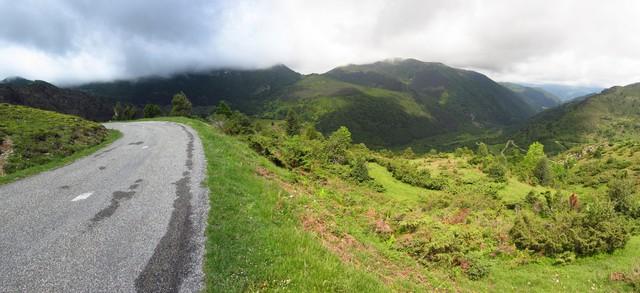 km 14,5: kein Auto weit und breit, Blick zurück ins Tal nach Massat