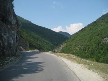Hinter dem kosovarischen Grenposten setzt sich die Auffahrt fort
