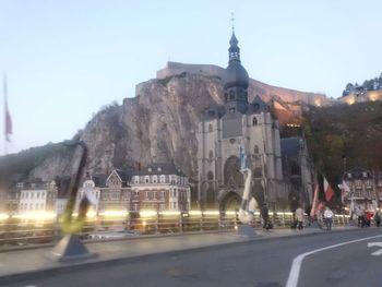 das berühmte Fotomotiv: die mächtige Kathedrale vor dem ebenso mächtigen Felsen, auf dem die Zitadelle thront