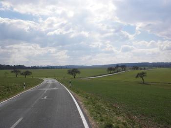 wir stoßen nach der Überfahrt auf die Kreisstraße, die von rechts von Roßbach kommt, links geht es nach Weißenbach