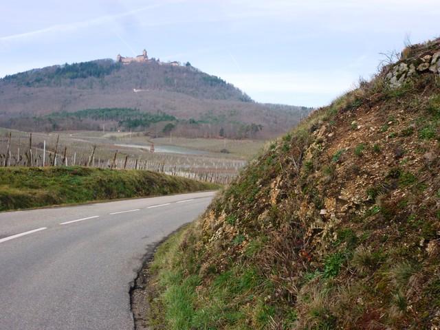 Auf dem Berg thront die Burg