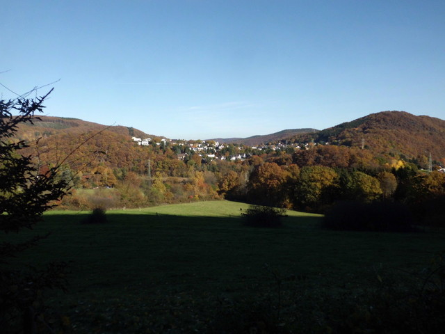 Blick vom Rurradweg bei Schwammenauel auf Hasenfeld und rechts daneben den Meuchelberg