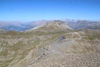Blick auf Anstieg, Pass und Abfahrt vom Gipfel des Cime de la Bonette.